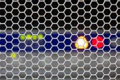 Η μπροστινή πλευρά κεντρικών υπολογιστών που παρουσιάζει ζωηρόχρωμους διακόπτες και που συνδέει με καλώδιο την περίληψη θόλωσε τη στοκ εικόνες