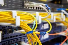 Η μπροστινή πλευρά κεντρικών υπολογιστών που παρουσιάζει ζωηρόχρωμους διακόπτες και που συνδέει με καλώδιο την περίληψη θόλωσε τη στοκ εικόνα