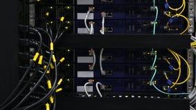 Η μπροστινή πλευρά κεντρικών υπολογιστών που παρουσιάζει ζωηρόχρωμους διακόπτες και που συνδέει με καλώδιο την περίληψη θόλωσε τη φιλμ μικρού μήκους