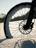 Η μπροστινή ρόδα της παραμονής ποδηλάτων βουνών στο χιόνι σκονών, βαθύ snowdrift Στοκ φωτογραφία με δικαίωμα ελεύθερης χρήσης
