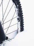 Η μπροστινή ρόδα της παραμονής ποδηλάτων βουνών στο χιόνι σκονών Χαμένη πορεία Στοκ Φωτογραφίες