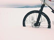 Η μπροστινή ρόδα της παραμονής ποδηλάτων βουνών στο χιόνι σκονών Χαμένη πορεία Στοκ φωτογραφία με δικαίωμα ελεύθερης χρήσης