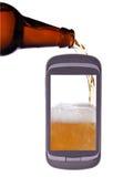 η μπύρα γεμίζει το τηλέφωνο γυαλιού χύνει Στοκ Εικόνες