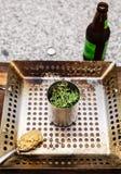 Η μπύρα μπορεί κοτόπουλο να φιλτραρίσει με τα χορτάρια Στοκ φωτογραφία με δικαίωμα ελεύθερης χρήσης