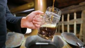 Η μπύρα χύνει στο ψαρευμένο γυαλί Δυνατή μπύρα, σκοτεινή, Unfiltered μπύρα, έτοιμη να πιει την μπύρα φιλμ μικρού μήκους