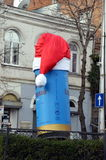Η μπύρα Löwenbräu μπορεί στο καπέλο Santa ` s Στοκ εικόνες με δικαίωμα ελεύθερης χρήσης