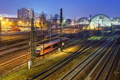 Η μπλε άποψη του κεντρικού σταθμού τρένου στη Δρέσδη τη νύχτα Στοκ Φωτογραφία