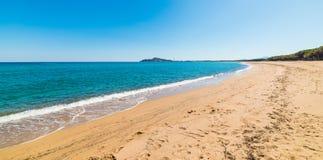 Η μπλε θάλασσα και η χρυσή ακτή είναι μέσα παραλία Orrosas Στοκ Φωτογραφία