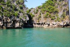 Η μπλε θάλασσα, ο βράχος με τους σταλακτίτες, τοπίο, νησί Panak στοκ εικόνες