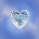 Η μπλε καρδιά πάγου με τις φυσαλίδες και οι ρωγμές απομονώνουν Στοκ Εικόνα