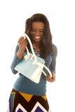 Η μπλε κορυφή γυναικών αφροαμερικάνων κοιτάζει στο πορτοφόλι Στοκ Φωτογραφία