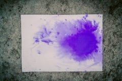 Η μπλε Λευκή Βίβλος φύλλων λεκέδων του μελανιού για γκρίζο η επιφάνεια Στοκ φωτογραφία με δικαίωμα ελεύθερης χρήσης