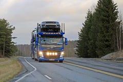 Η μπλε VOLVO FM μεταφέρει τα νέα οχήματα Range Rover Στοκ Φωτογραφία