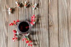 Η μυρωδιά του νέου έτους, του ποτηριού του κρασιού και της διακόσμησης Χριστουγέννων στοκ φωτογραφίες
