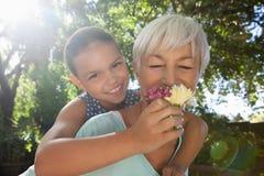 Η μυρωδιά γιαγιάδων ανθίζει piggybacking η εγγονή στοκ εικόνες
