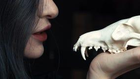 Η μυστήρια νέα μάγισσα ψιθυρίζει μια πληγή και μια περίοδο που κρατούν ένα κρανίο στα χέρια μιας αλεπούς φιλμ μικρού μήκους