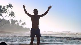 Η μυϊκή σκιαγραφία αθλητών κινεί τα χέρια που κάνουν workout απόθεμα βίντεο