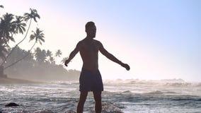 Η μυϊκή σκιαγραφία αθλητών τινάζει τα χέρια που κάνουν workout φιλμ μικρού μήκους