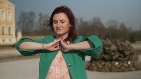 Η μόδα έθισε τη νέα γυναίκα που φορά τον πράσινο ανυψωμένο με γρύλλο ήλ φιλμ μικρού μήκους