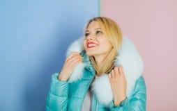 Η μόδα δεν ξεχνά για το χρώμα και τη γοητεία Τάσεις χειμερινής μόδας Πρότυπο μόδας στην κουκούλα με τη γούνα Όμορφη γυναίκα μέσα στοκ εικόνα με δικαίωμα ελεύθερης χρήσης