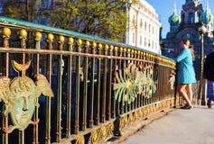 Η μόνη νέα γυναίκα εξετάζει την πόλη Πετρούπολη Άγιος Στοκ φωτογραφίες με δικαίωμα ελεύθερης χρήσης