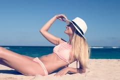 Η μόνη νέα προκλητική γυναίκα βρίσκεται στην τροπική παραλία θαλασσίως με το καπέλο και στο μαγιό Έννοια διακοπών νησιών του Μπαλ Στοκ Φωτογραφία
