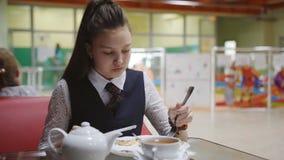 Η μόνη πεινασμένη μαθήτρια τρώει στη σχολική καφετέρια κατά τη διάρκεια του σπασίματος απόθεμα βίντεο