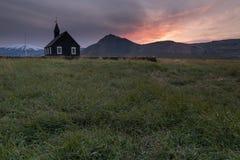 Η μόνη χριστιανική εκκλησία Budakirkja κάθεται μεταξύ ενός τομέα του βράχου λάβας, Ισλανδία στοκ φωτογραφίες με δικαίωμα ελεύθερης χρήσης