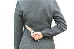 Η μόνιμη στάση επιχειρηματιών παρουσιάζει χέρι με το μαχαίρι Στοκ φωτογραφία με δικαίωμα ελεύθερης χρήσης