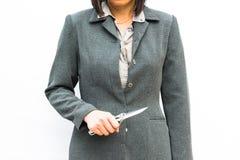 Η μόνιμη στάση επιχειρηματιών παρουσιάζει χέρι με το μαχαίρι Στοκ Εικόνα