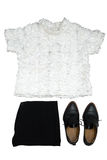 η μόδα καθορισμένη/η άσπρη μπλούζα, τα μαύρα εσώρουχα και τα μαύρα παπούτσια απομονώνουν Στοκ εικόνα με δικαίωμα ελεύθερης χρήσης