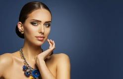 Η μόδα πρότυπο Makeup, πρόσωπο ομορφιάς γυναικών Elegan αποτελεί το πορτρέτο Στοκ Εικόνες
