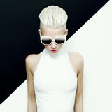 η μόδα σεντονιών βάζει τις σαγηνευτικές νεολαίες λευκών γυναικών φωτογραφιών ξανθό μοντέλο στοκ φωτογραφίες με δικαίωμα ελεύθερης χρήσης