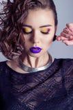 Η μόδα συλλαμβάνει το όμορφο προκλητικό κορίτσι με το φωτεινό makeup, μεγάλα πλήρη χείλια με το πορφυρό κραγιόν, όμορφη τρίχα Φωτ Στοκ φωτογραφίες με δικαίωμα ελεύθερης χρήσης