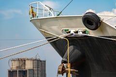 Η μύτη μιας στάσης πολεμικών πλοίων που δένεται στην αποβάθρα στοκ φωτογραφία με δικαίωμα ελεύθερης χρήσης