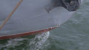 Η μύτη του σκάφους είναι στενή επάνω Σκάφος της γραμμής ή φορτηγό πλοίο θάλασσας που καθορίζεται με ένα σχοινί ή που δένεται σε έ Στοκ Εικόνα