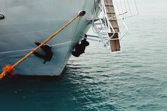 Η μύτη του σκάφους είναι στενή επάνω Σκάφος της γραμμής ή φορτηγό πλοίο θάλασσας που καθορίζεται με ένα σχοινί ή που δένεται σε έ Στοκ Φωτογραφίες