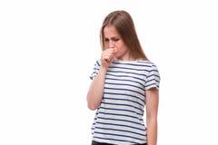 Η νέα άρρωστη ή κρύα γυναίκα που κρατά ένα χάπι πριν από τρώει, στοκ φωτογραφίες