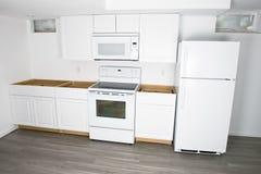 Η νέα άσπρη κουζίνα αναδιαμορφώνει, εγχώρια βελτίωση Στοκ Φωτογραφία