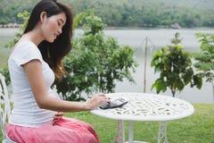 η νέα έγκυος γυναίκα προγραμματίζει το οικογενειακό προϋπολογισμό με τον υπολογιστή μέσα Στοκ φωτογραφία με δικαίωμα ελεύθερης χρήσης