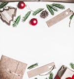 Η νέα έννοια έτους ή Χριστουγέννων του τυλίγματος δώρων, έγγραφο, φάκελοι, χριστουγεννιάτικο δέντρο διακλαδίζεται, σε ένα άσπρο υ στοκ φωτογραφίες με δικαίωμα ελεύθερης χρήσης