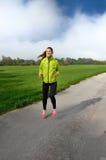 Η νέα αθλήτρια απολαμβάνει την ικανότητα και τη φωτεινή ηλιοφάνεια Στοκ Εικόνα