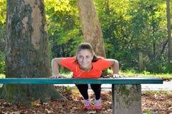 Η νέα αθλήτρια απολαμβάνει την ικανότητα και τη φωτεινή ηλιοφάνεια Στοκ εικόνες με δικαίωμα ελεύθερης χρήσης