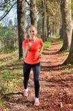 Η νέα αθλήτρια απολαμβάνει την ικανότητα και τη φωτεινή ηλιοφάνεια Στοκ Εικόνες