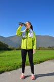 Η νέα αθλήτρια απολαμβάνει την ικανότητα και τη φωτεινή ηλιοφάνεια Στοκ Φωτογραφία