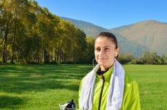 Η νέα αθλήτρια απολαμβάνει την ικανότητα και τη φωτεινή ηλιοφάνεια Στοκ φωτογραφίες με δικαίωμα ελεύθερης χρήσης