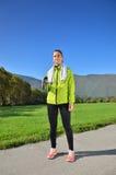 Η νέα αθλήτρια απολαμβάνει την ικανότητα και τη φωτεινή ηλιοφάνεια Στοκ εικόνα με δικαίωμα ελεύθερης χρήσης