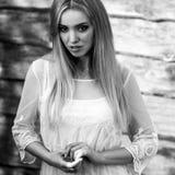 Η νέα αισθησιακή & ξανθή γυναίκα ομορφιάς θέτει στο ξύλινο υπόβαθρο Μαύρος-άσπρη φωτογραφία Στοκ Εικόνες