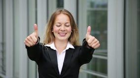 Η νέα αρκετά ξανθή παρουσίαση επιχειρησιακών γυναικών φυλλομετρεί επάνω φιλμ μικρού μήκους