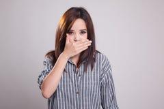 Η νέα ασιατική γυναίκα κλείνει το στόμα της με το χέρι Στοκ φωτογραφίες με δικαίωμα ελεύθερης χρήσης